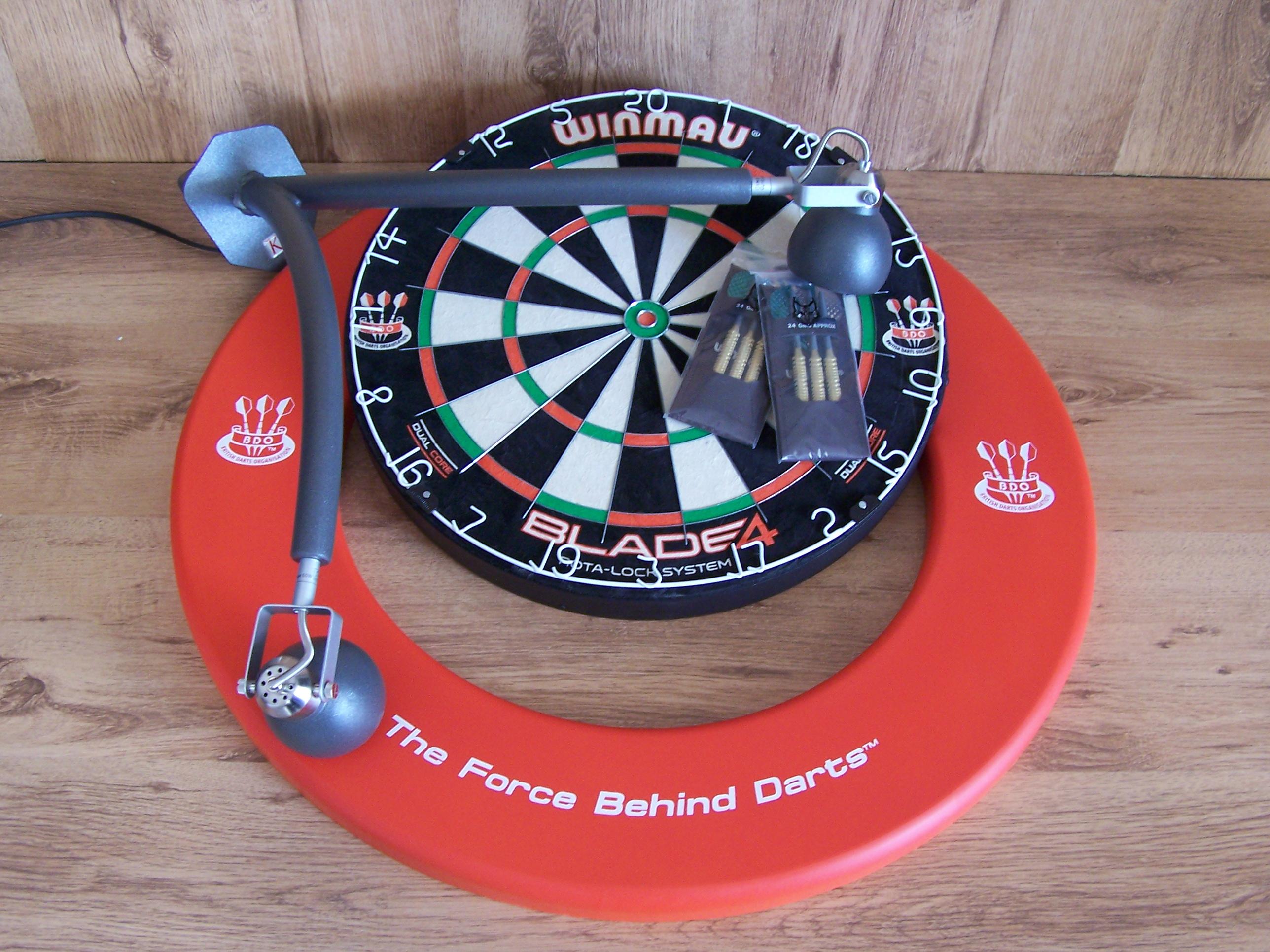 Luxe darts set met DBV-LEGS Dartbord verlichting ...